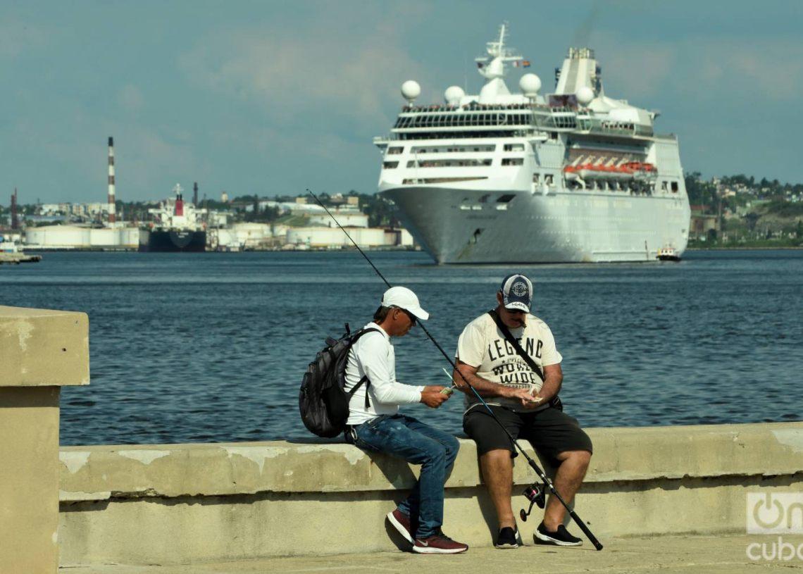 Dos pescadores conversan en La Habana el 5 de junio de 2019 al momento de la salida del Empress of the Seas, de Royal Caribbean, el último crucero de EE.UU. en abandonar Cuba tras la prohibición de los cruceros a la Isla por parte del gobierno de Donald Trump. Foto: Otmaro Rodríguez.