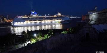 El Norwegian Sky sale de la bahía de La Habana el 5 de junio de 2019, tras la prohibición de los cruceros a Cuba por el gobierno de Donald Trump. Foto: Otmaro Rodríguez.