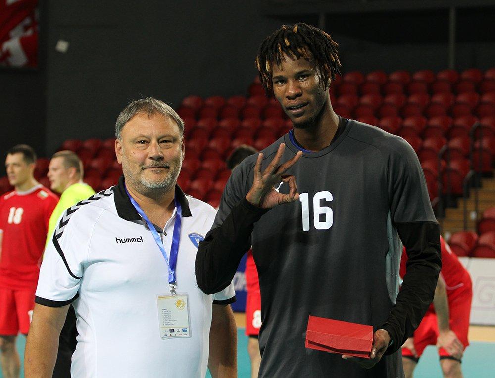 El portero cubano Magnol Suárez (d), MVP del partido ante Bulgaria y figura clave de los resultados de la Isla en el Mundial de Naciones Emergentes. Foto: IHF.