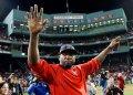 ARCHIVO - En esta foto de archivo del 10 de octubre de 2016, el exjugador de los Medias Rojas de Boston, el dominicano David Ortiz, saluda desde el terreno de juego en el Fenway Park tras el tercer juego de la Serie Divisional de la Liga Americana contra los Indios de Cleveland, en Boston. (AP Foto/Charles Krupa, Archivo)