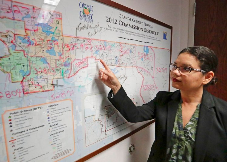 Emily Bonilla, comisionada del condado Orange, inspecciona un mapa de Florida en Orlando el 3 de junio del 2019. Bonilla teme que su distrito no será contado adecuadamente en el censo del 2020. Foto: John Raoux / AP.