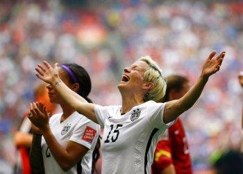 ARCHIVO - En esta foto de archivo del 5 de julio de 2015, Megan Rapinoe, de Estados Unidos, festeja luego de la victoria sobre Japón en la final de la Copa del Mundo en Vancouver, Canadá (AP Foto/Elaine Thompson, archivo)