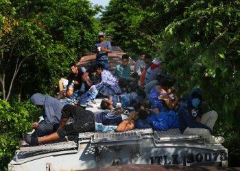 Migrantes viajan arriba de un tren de carga rumbo al norte en Salto del Agua, estado de Chiapas, México, el 25 de junio de 2019. (AP Foto/Marco Ugarte)