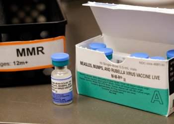 Vacuna contra el sarampión, las paperas y la rubeola en la secundaria Vashon Island de la población del mismo nombre, en el estado de Washington, el 15 de mayo de 2019. Foto: Elaine Thompson / AP.