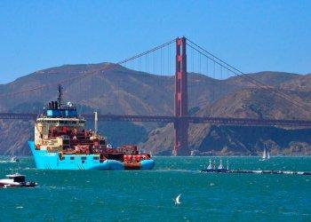 Un bote remolca al primer dispositivo de recolección de basura del proyecto The Ocean Cleanup cerca del puente Golden Gate de San Francisco rumbo al océano Pacífico, el 8 de septiembre de 2018. Foto: Lorin Eleni Gill / AP.