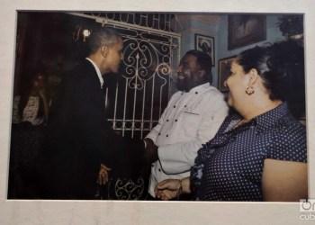 Foto de la histórica visita del expresidente de EE.UU. Barack Obama (i) en marzo de 2016 al restaurante habanero San Cristóbal, donde saluda a su dueño, el chef Carlos Cristóbal Márquez (c). La imagen se conserva en el restaurante. Foto: Otmaro Rodríguez.
