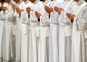 Sacerdotes recién ordenados rezan durante una ceremonia en la Basílica de San Pedro del Vaticano, el domingo 12 de mayo de 2019. Foto: Alessandra Tarantino / AP / Archivo.