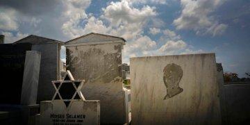 Tumbas decoradas con la estrella de David y una a la que le falta la imagen de una persona, en el cementerio judío de Guanabacoa, en el este de La Habana, Cuba, el 12 de junio de 2019. Foto: Ramón Espinosa / AP.
