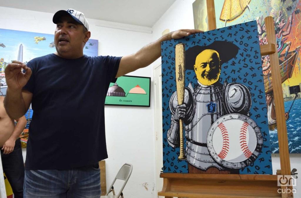 Reyneiro Tamayo con su obra Leonardo Padura. Foto: Otmaro Rodríguez