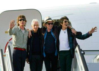 En esta imagen del 24 de marzo del 2016, los Rolling Stone: Mick Jagger, Charlie Watts, Keith Richards y Ron Wood, de izquierda a derecha, posan al bajar de su avión tras aterrizar en el aeropuerto internacional José Martí en La Habana, Cuba. Foto: Ramón Espinosa / AP / Archivo.