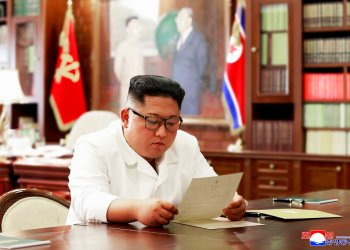 En esta foto sin fecha, facilitada por el gobierno de Corea del Norte y fechada el domingo 23 de junio de 2019, el gobernante norcoreano Kim Jong Un lee una carta del mandatario estadounidense Donald Trump. Foto: Agencia Telegráfica Central de Corea / Korea News Service vía AP.