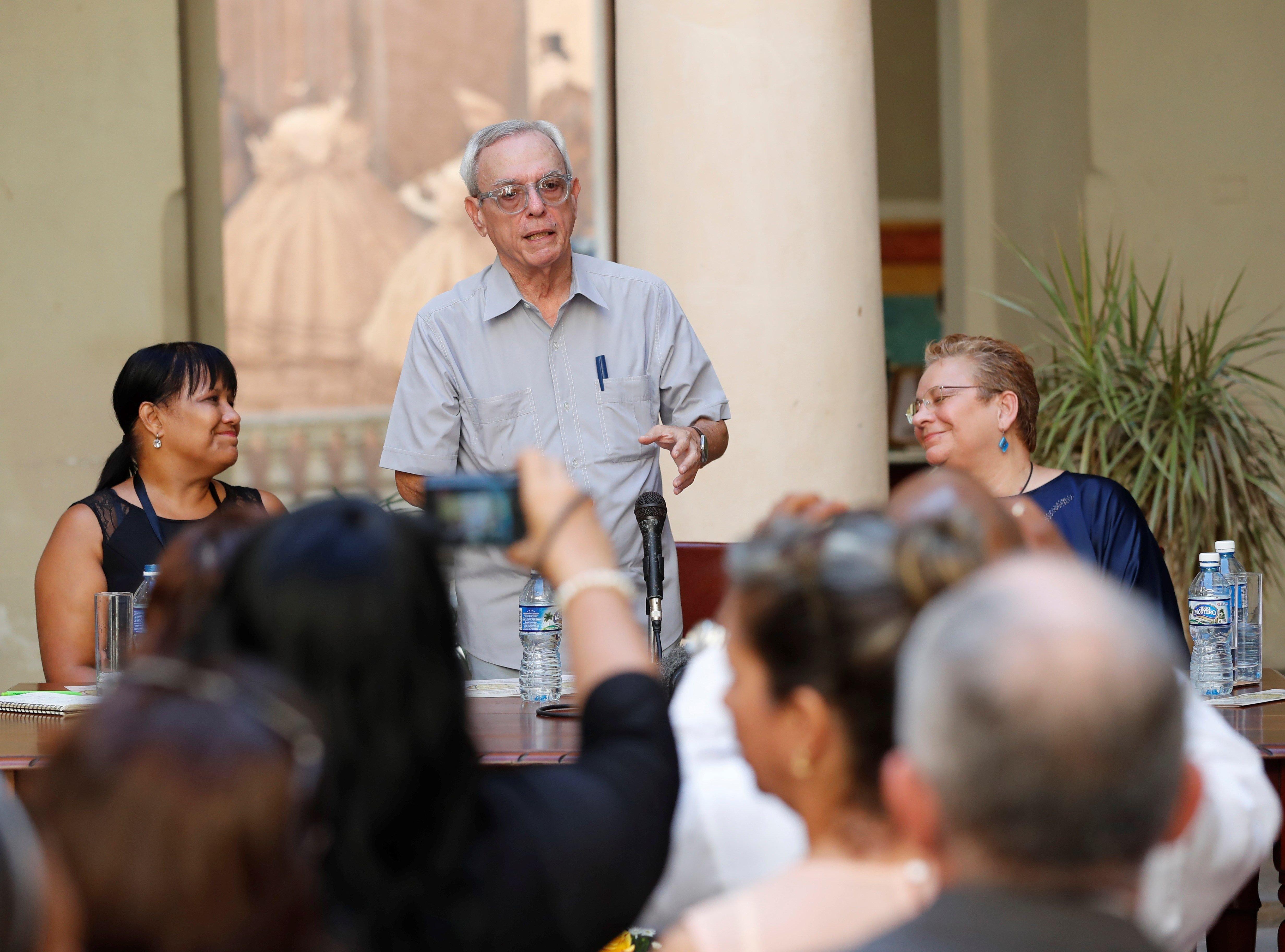 El historiador de La Habana, Eusebio Leal (c), habla durante la ceremonia oficial de inscripción de las Actas del Ayuntamiento de la Habana (período colonial 1550-1898) en el Registro Regional del Programa Memoria del Mundo de la UNESCO, este martes, en La Habana. Foto: Ernesto Mastrascusa / EFE.