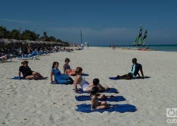 Turistas en la playa de Vardero. Foto: Otmaro Rodríguez.