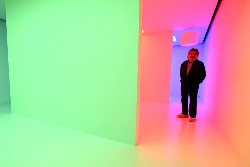 """En esta foto del 10 de septiembre del 2008, el artista venezolano Carlos Cruz-Diez posa dentro la estructura """"Chromosaturation"""" durante una presentación de su exposición """"Carlos Cruz-Diez: (In)formed by Color"""" en la Americas Society en Nueva York.  Foto: Mary Altaffer / AP."""