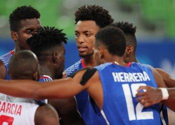 Los voleibolistas cubanos celebran una acción en su triunfo 3-1 sobre Bielorrusia en la Copa de Retadores de Ljubljana, Eslovenia, el 4 de julio de 2019. Foto: @SloVolley / Twitter.