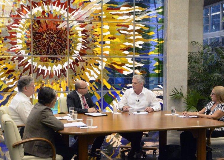 El presidente cubano, Miguel Díaz-Canel (2-d), habla sobre el aumento de los salarios y otras reformas económicas en Cuba, en el espacio televisivo Mesa Redonda el martes 2 de julio de 2019. Foto: Estudios Revolución.