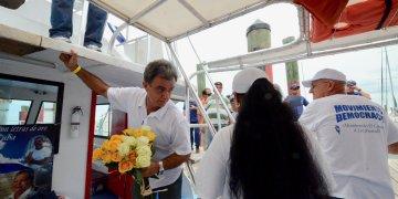 Ramón Saúl Sánchez (centro) aborda el barco 'Democracia' en el puerto de Cayo Hueso el 10 de agosto del 2012 en una flotilla rumbo a Cuba. Foto: Rui Ferreira