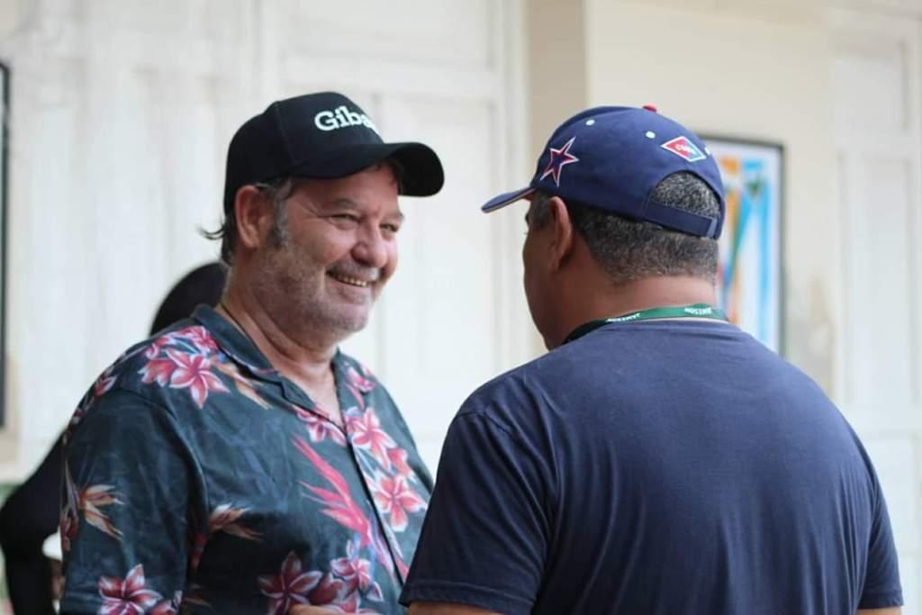 Jorge Perrugorria y pintor Reinerio Tamayo durante la apertura de la exposición. Foto: FC Gibara