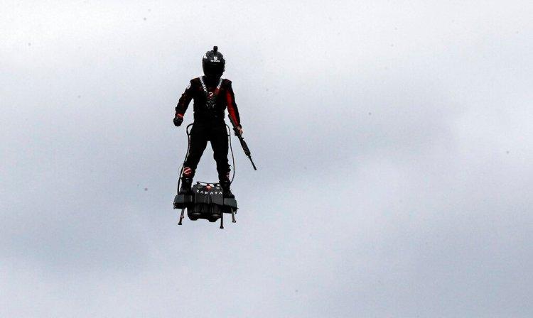 Lo que más cautivó a los espectadores fue el hombre en la tabla, creada por el excampeón de esquí acuático Franky Zapata. (Foto AP/Michel Euler)