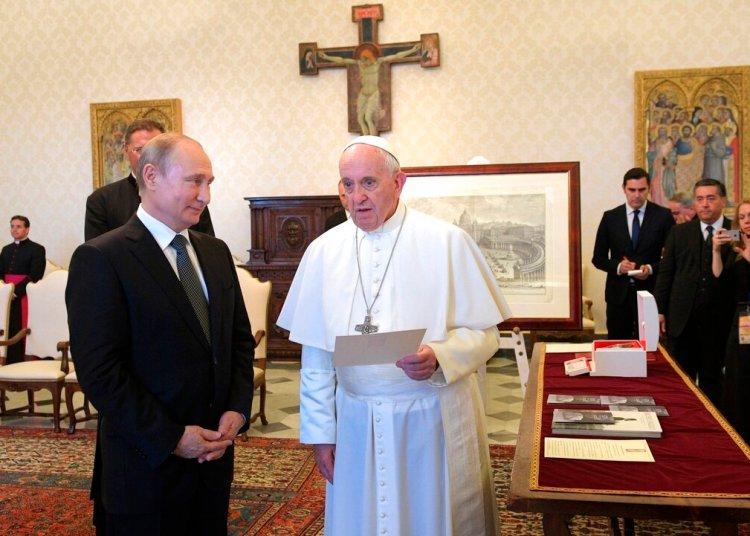 El Papa Francisco (c) y el presidente ruso Vladimir Putin (i) en audiencia privada en el Vaticano, el jueves 4 de julio de 2019. Foto: Alexei Druzhinin / Sputnik / Kremlin Pool vía AP.
