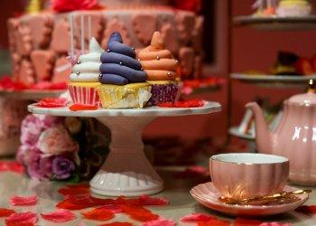 """Cupcakes en forma de excremento exhibidos en una sala del Museo Unko, """"el museo de la popó"""" en Yokohama, Japón, el martes 18 de junio de 2019. Foto: Jae C. Hong / AP."""