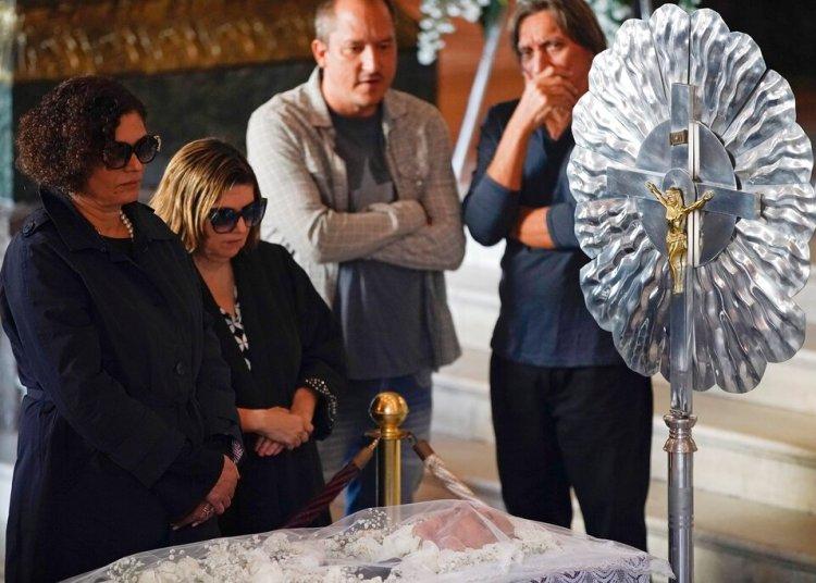 Maria do Ceu Harris, a la izquierda, la viuda de Joao Gilberto, observa el cuerpo del ícono cultural brasileño durante su funeral en el Teatro Municipal en Rio de Janeiro, el lunes 8 de julio del 2019. Foto: Leo Correa / AP.
