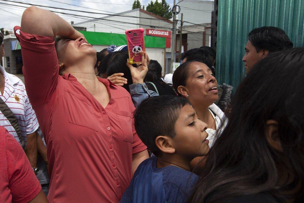 Miembros de una familia esperan afuera de una Base de la Fuerza Aérea en la Ciudad de Guatemala ante la llegada de parientes deportados de Estados Unidos. Casi 200 migrantes guatemaltecos fueron deportados el martes, el día que el gobierno del presidente Donald Trump tenía previsto poner en marcha un cambio drástico para poner fin a las protecciones de asilo para la mayoría de migrantes que viajen por otro país para llegar a Estados Unidos. (AP Foto/Moises Castillo)
