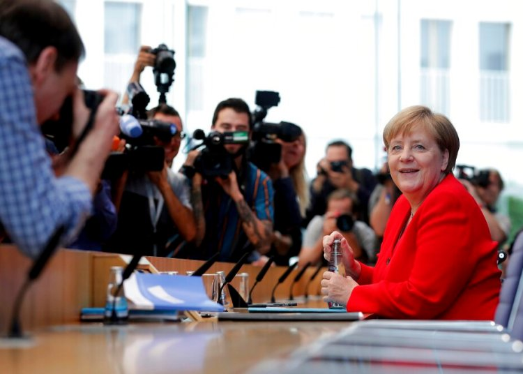 La canciller alemana Angela Merkel, derecha, sonríe al iniciar su conferencia de prensa anual de verano en Berlín, viernes 19 de julio de 2019. Foto: Michael Sohn / AP.