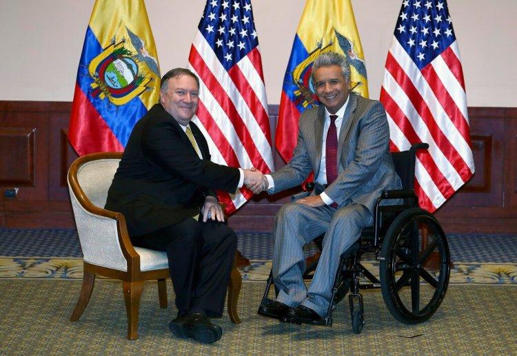 El secretario de Estado estadounidense Mike Pompeo y el  presidente ecuatoriano Lenin Moreno posan para la foto en Guayaquil, Ecuador. Foto: Soledad Núñez/AP.