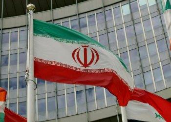 La bandera de Irán ondea en el exterior del editifio de Naciones Unidos donde está la sede del Organismo Internacional de Energía Atómica, en Viena, Austria. Foto: Ronald Zak / AP / Archivo.
