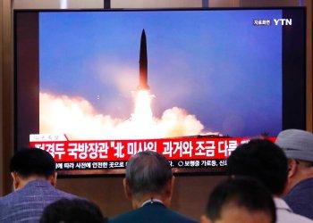 Personas ven una televisión en la que se transmite una imagen de archivo del lanzamiento de un misil norcoreano durante un programa noticioso en la estación ferroviaria de Seul, el miércoles 31 de julio de 2019, en Seúl, Corea del Sur. Foto: Ahn Young-joon / AP.