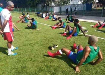 Pablo Elier Sánchez (izquierda) tiene por delante una dura tarea como técnico de la selección cubana de fútbol. Foto: Tomada de Futbol Por Dentro.