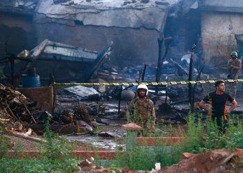 Efectivos del ejército paquistaní examinan el lugar donde cayó un avión en Rawalpindi, Pakistán, el martes 30 de julio de 2019. (AP Foto/Anjum Naveed)