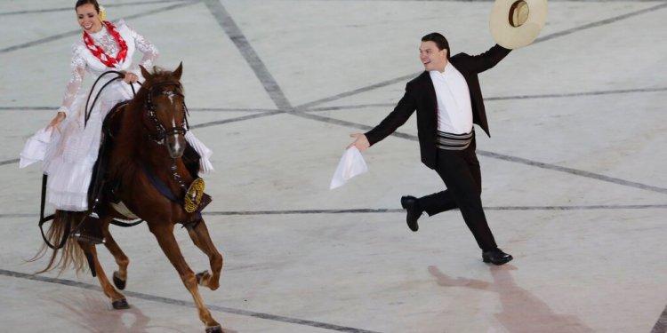 Bailarines y un caballo participan en un número de la ceremonia inaugural de los Juegos Panamericanos de Lima, el viernes 26 de julio de 2019 (AP Foto/Silvia Izquierdo)