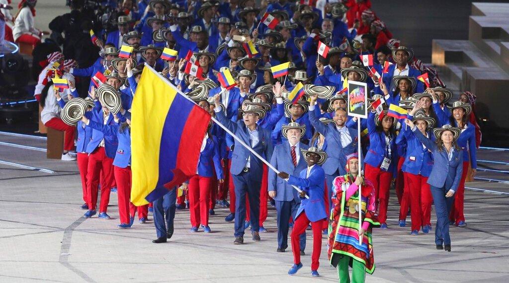 El boxeador colombiano Yuberjén Martínez porta la bandera de su país durante la ceremonia de inauguración de los Juegos Panamericanos de Lima, el viernes 26 de julio de 2019 (AP Foto/Fernando Llano)