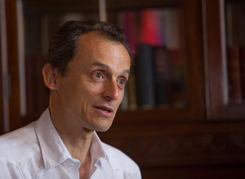 El ministro de Ciencia, Innovación y Universidades de España, Pedro Duque, habla el 8 de julio de 2019 durante una entrevista con Efe, en La Habana. Foto: Yander Zamora / EFE.