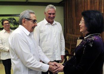 El líder del Partido Comunista de Cuba, Raúl Castro (2-i), y el presidente cubano, Miguel Díaz-Canel (c), saludan a la vicepresidenta de Vietnam, Dang Thi Ngoc Thinh, durante un encuentro en La Habana el martes 9 de julio de 2019. Foto: Estudios Revolución.