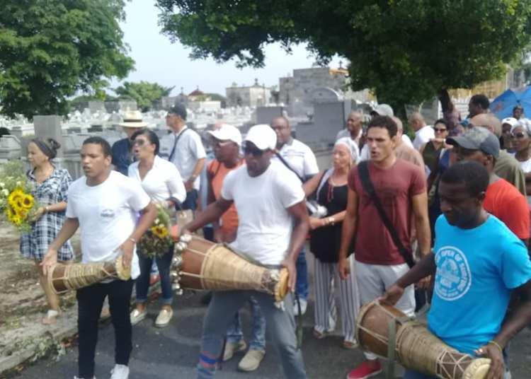 Tomás Morales Villena fue despedido por ceolgas y amigos en el Cementerio de Colón. Foto: Centro Nacional de las Artes Escénicas