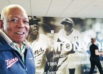 Tony Oliva frente al mural con su figura en el estadio de los Twins de Minnesota. Foto: Marita Pérez Díaz.