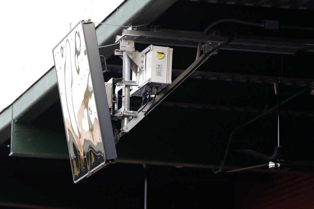 """Dispositivo de radar emplazado en el techo del PeoplesBank Park de York, Pensilvania, como parte de un sistema de """"árbitro robot"""" que se estrenó en el Juego de Estrellas de la Liga del Atlántico, el miércoles 10 de julio de 2019. Foto: Julio Cortez / AP."""