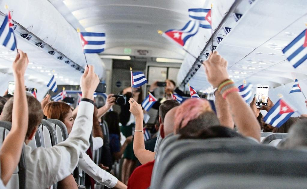 Vuelo inaugural de la compañía estadounidense JetBlue a Cuba. Los primeros viajeros ondearon banderitas cubanas. El avión aterrizó en Santa Clara en septiembre de 2016. Foto: Donald Traill / AP.
