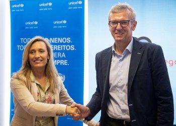 El vicepresidente de la Xunta, Alfonso Rueda (d), y la presidenta de Unicef Galicia, Myriam Garabito, durante la firma de un acuerdo para la colaboración de un proyecto de inclusión social de jóvenes en La Habana, el lunes 1 de julio de 2019, en Santiago de Compostela. Foto: Xoan Crespo / elcorreogallego.es