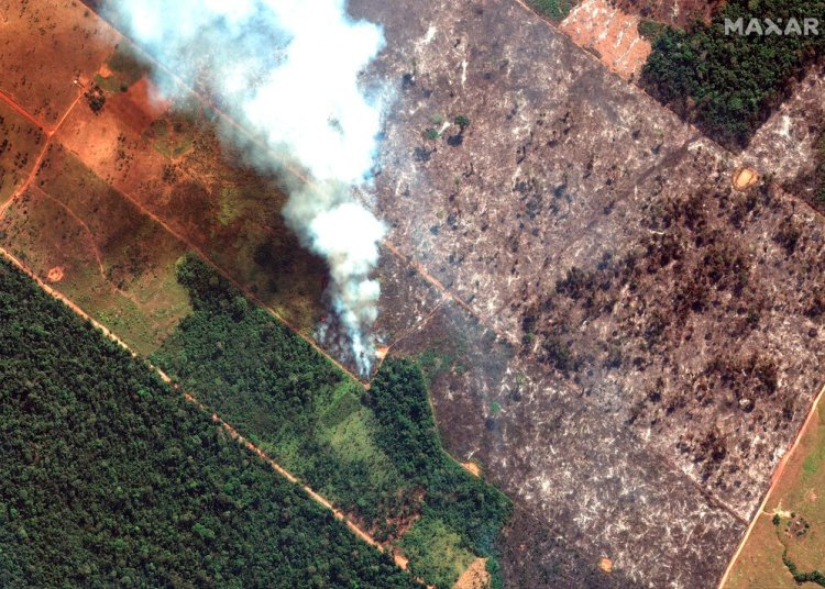 Esta imagen satelital del 15 de agosto de 2019 de Maxar Technologies muestra una vista de cerca de un incendio al suroeste de Porto Velho, Brasil. El Instituto Nacional de Investigación Espacial de Brasil, una agencia federal que monitorea la deforestación y los incendios forestales, dijo que el país ha visto un número récord de incendios forestales este año hasta el martes 20 de agosto. (Imagen de satélite © 2019 Maxar Technologies vía AP).