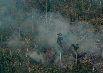 El fuego consume una zona cercana a Jaci Parana, en el estado de Rondonia, Brasil, el sábado 24 de agosto de 2019. Foto: Eraldo Peres/ AP.