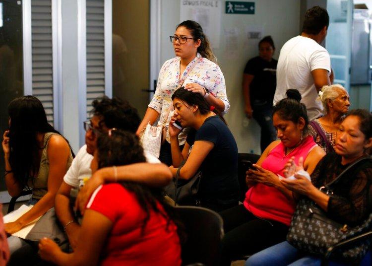 Un grupo de personas espera en el interior de la procuraduría a tener noticias de sus seres queridos luego de un ataque al bar Caballo Blanco, en Coatzacoalcos, en el estado de Veracruz, México, el 28 de agosto de 2019. Foto: Rebecca Blackwell/AP.