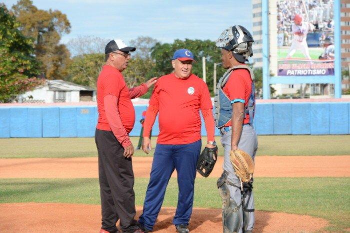 El mentor camagüeyano Miguel Borroto (izq) en un juego de veteranos. Foto: Adelante.
