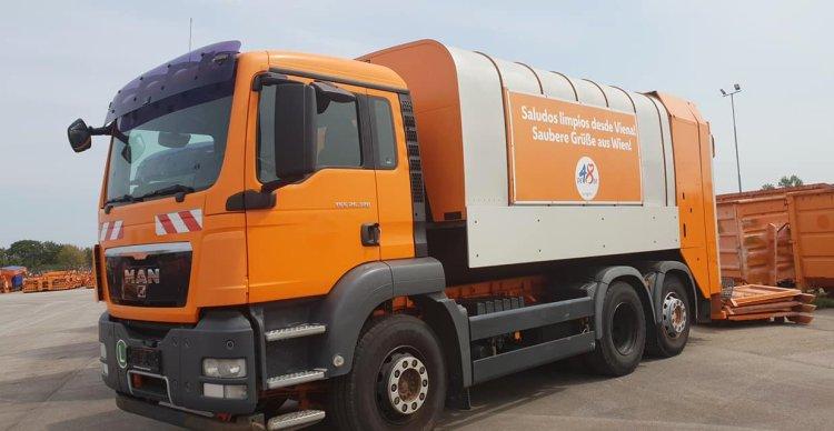 Camión colector de basura, parte de un lote de diez donados a La Habana por el gobierno de Viena. Foto: Perfil de Facebook de la Embajada de Cuba en Austria.