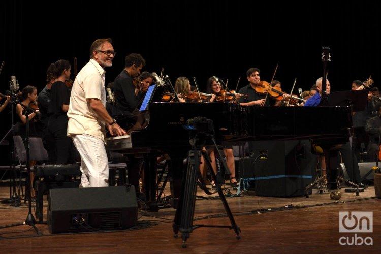 """El pianista noruego Sverre Indris Joner junto a la orquesta sinfónica del Gran Teatro """"Alicia Alonso"""" en el concierto """"Clásicos a lo cubano"""", en el Teatro Nacional de La Habana. Foto: Otmaro Rodríguez."""
