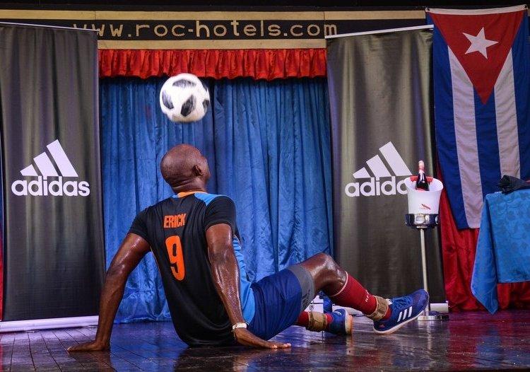 Erick Hernández rompe su récord de dominio del balón solo con la cabeza y sentado en el hotel Roc Barlovento, en Varadero, Matanzas, el 17 agosto de 2019. Foto: Marcelino Vázquez / ACN.