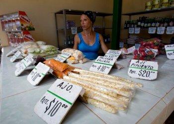 Vendedora de productos agrícolas en La Habana, Cuba, el miércoles 31 de julio de 2019. Foto: Ismael Francisco / AP.